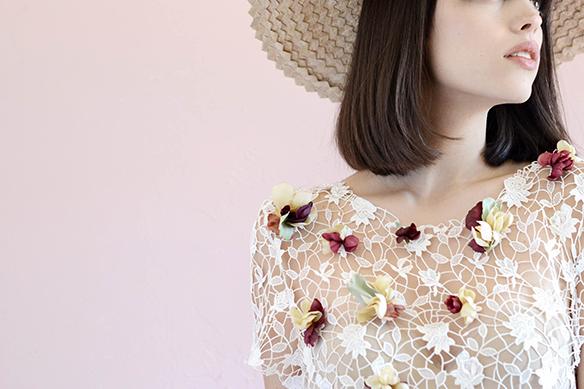 15-colgadas-de-una-percha-eliurpi-eli-urpi-bodas-weddings-looks-outfits-flores-flowers-coronas-hairwreaths-pamelas-canotiers-bolsos-cinturones-de-flores-floral-9