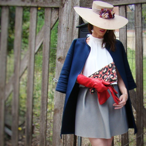 15-colgadas-de-una-percha-marta-r-outfits-bodas-wedding-looks-falda-skirt-neopreno-neoprene-coat-abrigo-sombrero-hat-gloves-guantes-clutch-1