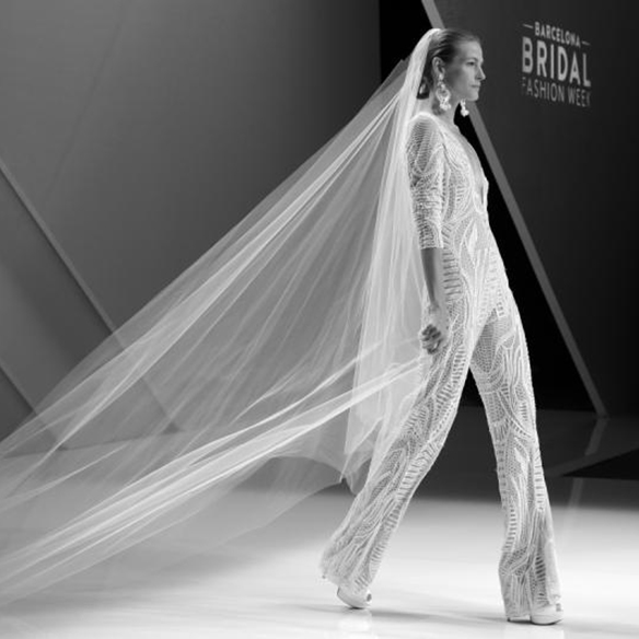 15-colgadas-de-una-percha-naeem-khan-barcelona-bridal-fashion-week-2016-vestidos-de-novias-brides-wedding-gowns-desfile-fashion-show-1