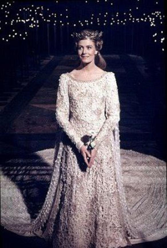 15-colgadas-de-una-percha-que-tipo-de-novia-eres-what-kind-of-bride-are-you-wedding-gown-dress-vestidos-de-novia-bodas-medieval-7