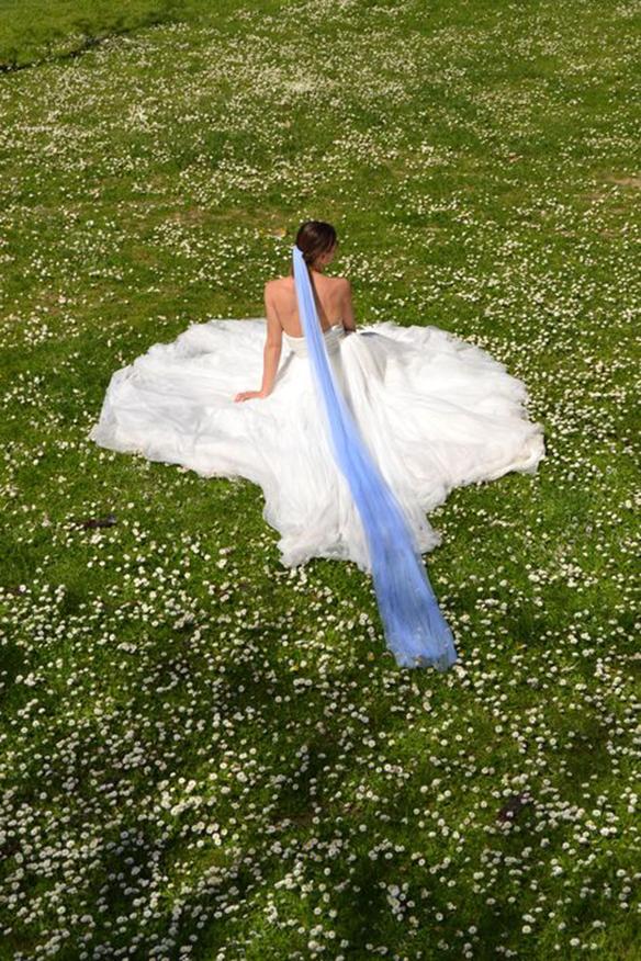 15-colgadas-de-una-percha-que-tipo-de-novia-eres-what-kind-of-bride-are-you-wedding-gown-dress-vestidos-de-novia-bodas-velo-con-color-veil-with-color-4
