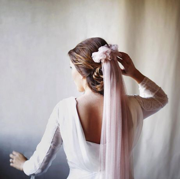 15-colgadas-de-una-percha-que-tipo-de-novia-eres-what-kind-of-bride-are-you-wedding-gown-dress-vestidos-de-novia-bodas-velo-con-color-veil-with-color-6