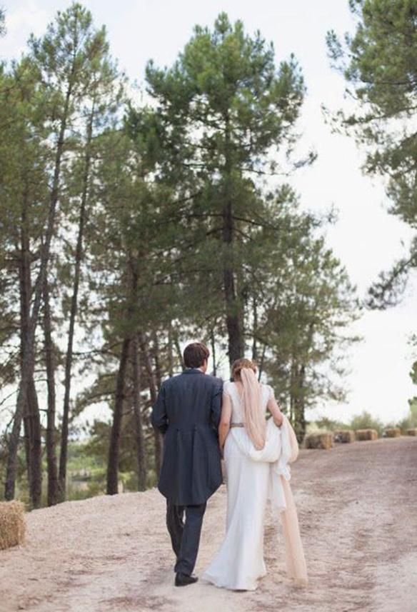 15-colgadas-de-una-percha-que-tipo-de-novia-eres-what-kind-of-bride-are-you-wedding-gown-dress-vestidos-de-novia-bodas-velo-con-color-veil-with-color-8