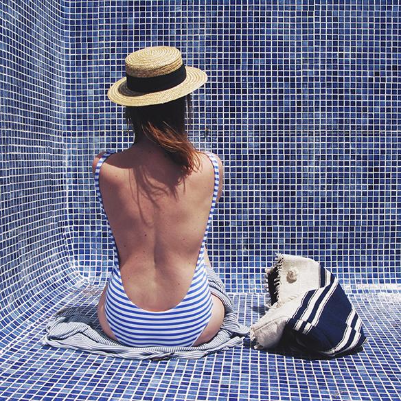 15-colgadas-de-una-percha-bañador-swimsuit-rayas-stripes-azul-blanco-blue-white-camisa-shrit-canotier-carla-kissler-1