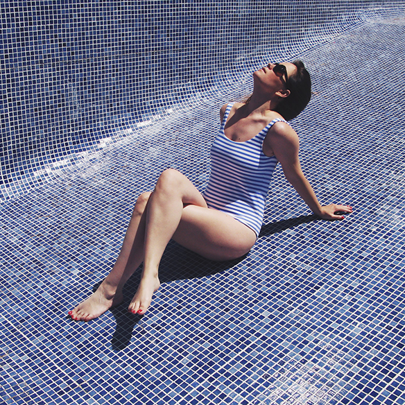 15-colgadas-de-una-percha-bañador-swimsuit-rayas-stripes-azul-blanco-blue-white-camisa-shrit-canotier-carla-kissler-2
