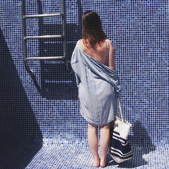 15-colgadas-de-una-percha-bañador-swimsuit-rayas-stripes-azul-blanco-blue-white-camisa-shrit-canotier-carla-kissler-5