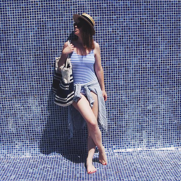 15-colgadas-de-una-percha-bañador-swimsuit-rayas-stripes-azul-blanco-blue-white-camisa-shrit-canotier-carla-kissler-6