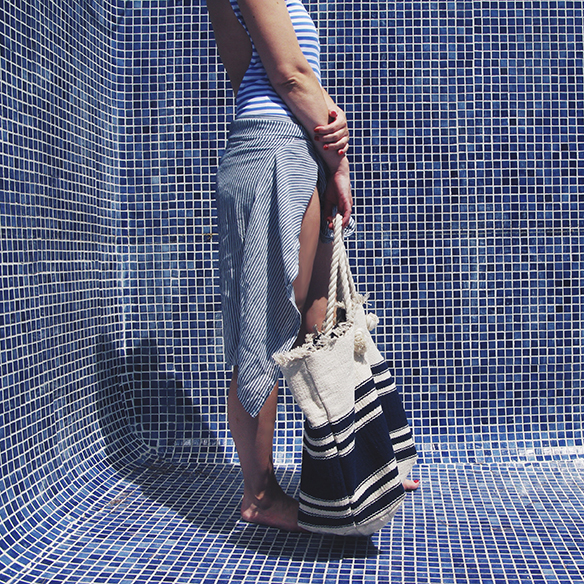 15-colgadas-de-una-percha-bañador-swimsuit-rayas-stripes-azul-blanco-blue-white-camisa-shrit-canotier-carla-kissler-7