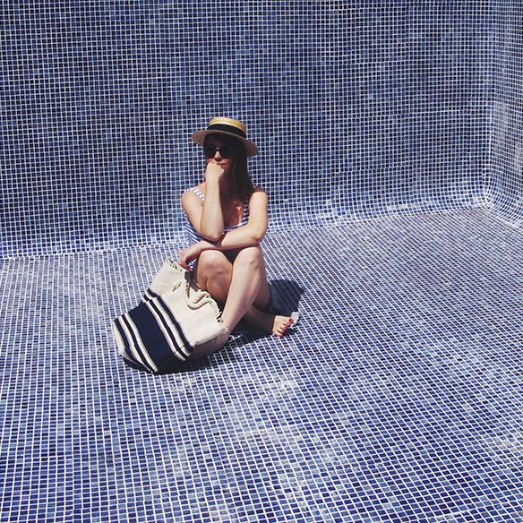 15-colgadas-de-una-percha-bañador-swimsuit-rayas-stripes-azul-blanco-blue-white-camisa-shrit-canotier-carla-kissler-8