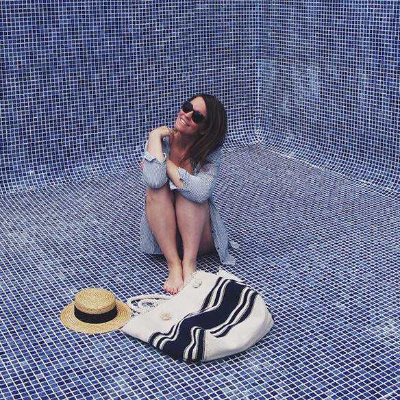 15-colgadas-de-una-percha-bañador-swimsuit-rayas-stripes-azul-blanco-blue-white-camisa-shrit-canotier-carla-kissler-9