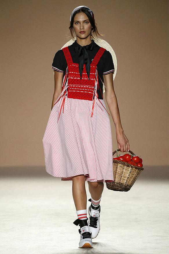 15-colgadas-de-una-percha-080-bcn-fashion-ss-17-moda-barcelona-carlota-oms-2