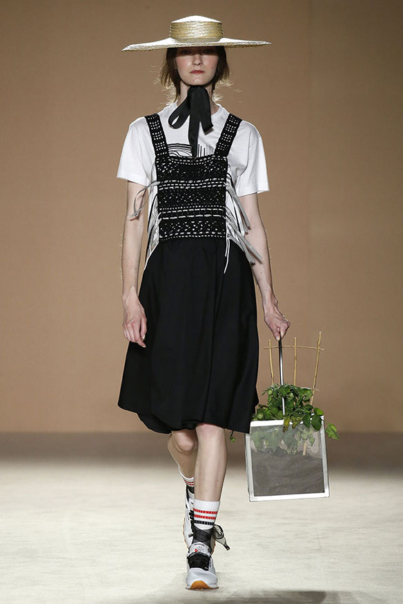 15-colgadas-de-una-percha-080-bcn-fashion-ss-17-moda-barcelona-carlota-oms-6