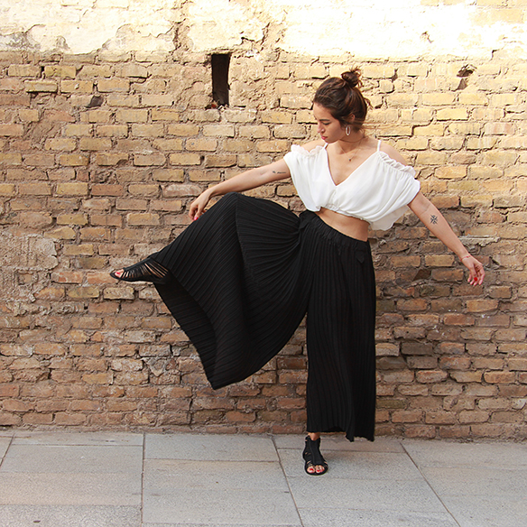 15-colgadas-de-una-percha-blanche-top-hombros-al-aire-bare-shoulders-top-palazzo-pants-plisados-pleated-1