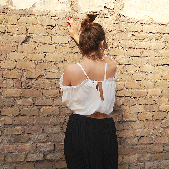 15-colgadas-de-una-percha-blanche-top-hombros-al-aire-bare-shoulders-top-palazzo-pants-plisados-pleated-3