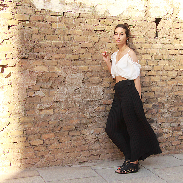 15-colgadas-de-una-percha-blanche-top-hombros-al-aire-bare-shoulders-top-palazzo-pants-plisados-pleated-6