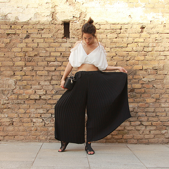 15-colgadas-de-una-percha-blanche-top-hombros-al-aire-bare-shoulders-top-palazzo-pants-plisados-pleated-9