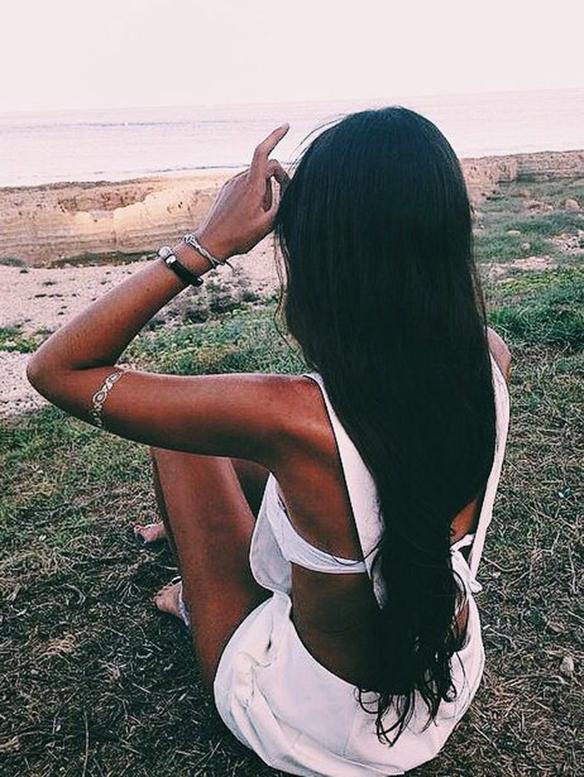 15-colgadas-de-una-percha-peinados-verano-summer-hairstyles-melena-negra-negro-black-main-2