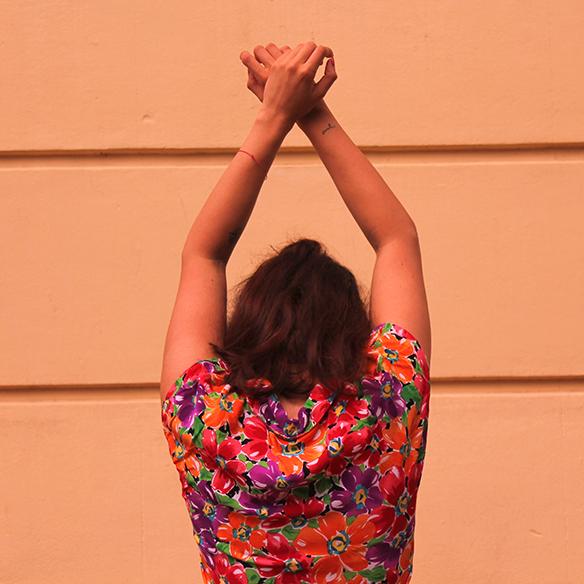 15-colgadas-de-una-percha-pink-rayban-rosa-blusa-anudada-knotted-blouse-high-waisted-shorts-tiro-alto-blanche-10