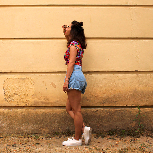 15-colgadas-de-una-percha-pink-rayban-rosa-blusa-anudada-knotted-blouse-high-waisted-shorts-tiro-alto-blanche-4