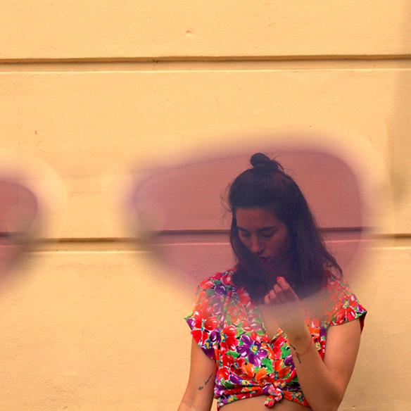 15-colgadas-de-una-percha-pink-rayban-rosa-blusa-anudada-knotted-blouse-high-waisted-shorts-tiro-alto-blanche-6