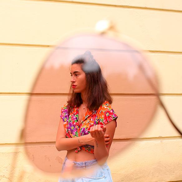 15-colgadas-de-una-percha-pink-rayban-rosa-blusa-anudada-knotted-blouse-high-waisted-shorts-tiro-alto-blanche-7