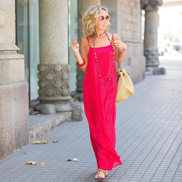 15-colgadas-de-una-percha-vestido-coral-dress-bolso-rafia-collar-necklace-maica-jau-1