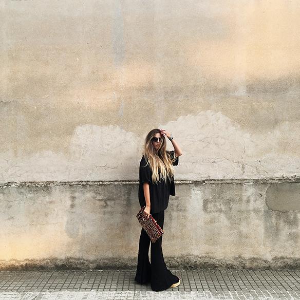 15-colgadas-de-una-percha-anna-duarte-black-total-look-negro-pantalones-campana-flared-pants-zuecos-clogs-ethnic-handbag-bolso-etnico-3