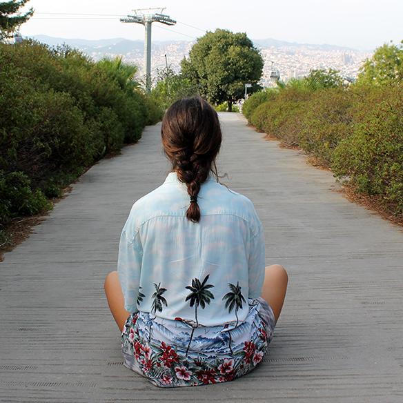 15-colgadas-de-una-percha-blanche-camisa-palmeras-palm-tree-shirt-bambas-trainers-braid-trenza-10