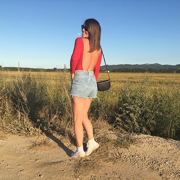 15-colgadas-de-una-percha-carla-kissler-red-body-rojo-chaqueta-etnica-ethnic-jacket-shorts-vintage-bambas-trainers-5