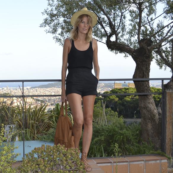 15-colgadas-de-una-percha-gina-carreras-negro-black-shorts-sombrero-hat-sandalias-sandals-bolso-georgina-carreras-barcelona-1