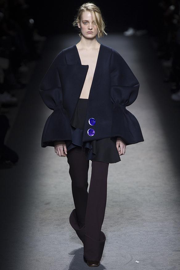 15-colgadas-de-una-percha-jacquemus-fw-16-17-oi-2016-paris-fashion-week-pfw-11