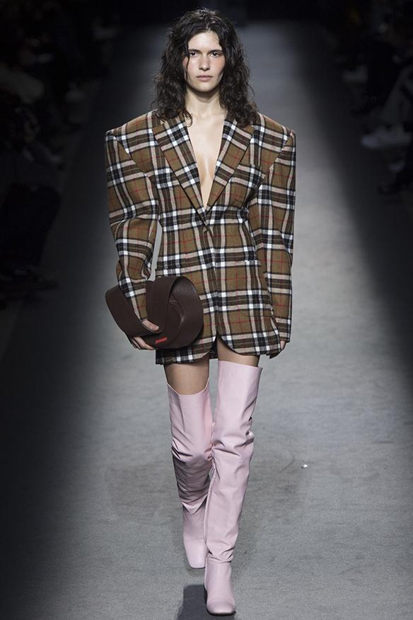 15-colgadas-de-una-percha-jacquemus-fw-16-17-oi-2016-paris-fashion-week-pfw-14