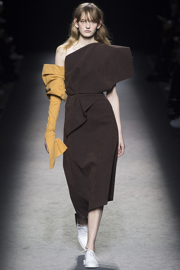15-colgadas-de-una-percha-jacquemus-fw-16-17-oi-2016-paris-fashion-week-pfw-15