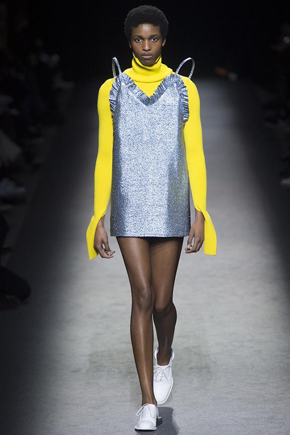 15-colgadas-de-una-percha-jacquemus-fw-16-17-oi-2016-paris-fashion-week-pfw-2