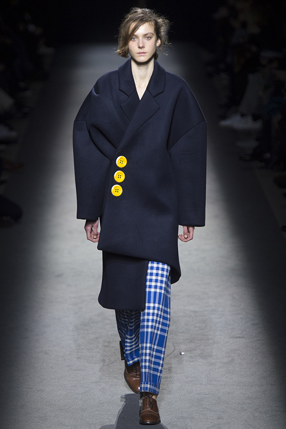 15-colgadas-de-una-percha-jacquemus-fw-16-17-oi-2016-paris-fashion-week-pfw-5