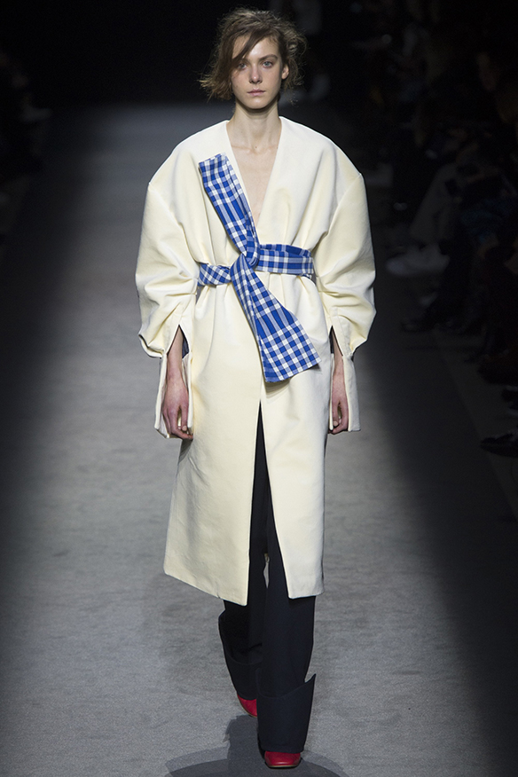 15-colgadas-de-una-percha-jacquemus-fw-16-17-oi-2016-paris-fashion-week-pfw-6
