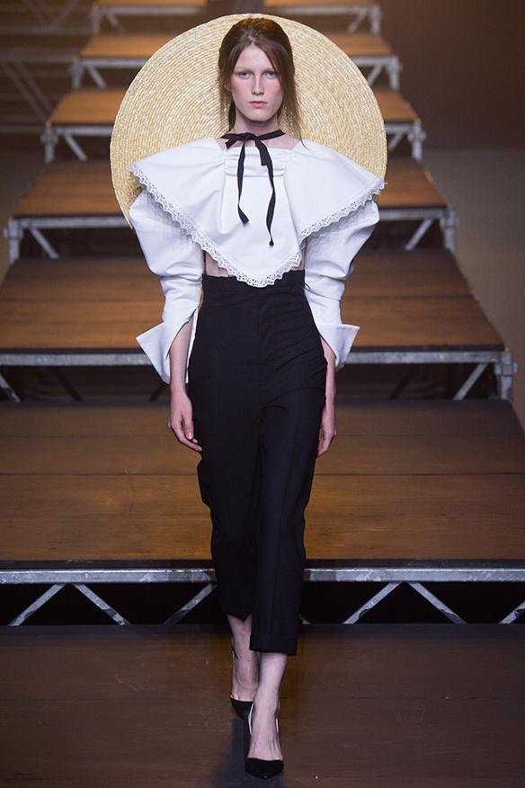 15-colgadas-de-una-percha-jacquemus-ss-17-pv-2017-paris-fashion-week-pfw-1