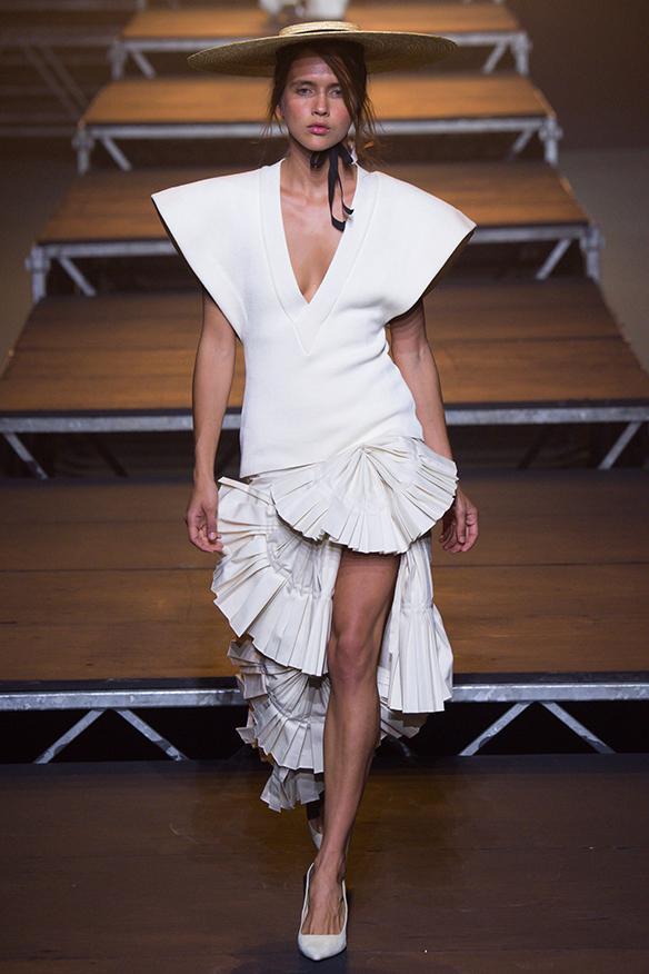 15-colgadas-de-una-percha-jacquemus-ss-17-pv-2017-paris-fashion-week-pfw-14