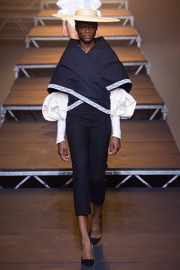 15-colgadas-de-una-percha-jacquemus-ss-17-pv-2017-paris-fashion-week-pfw-2
