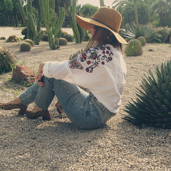 15-colgadas-de-una-percha-carla-kissler-flower-embroidered-oversize-shirt-camisa-flores-bordadas-zapatos-leopardo-leopard-shoes-sombrero-hat-ripped-jeans-1