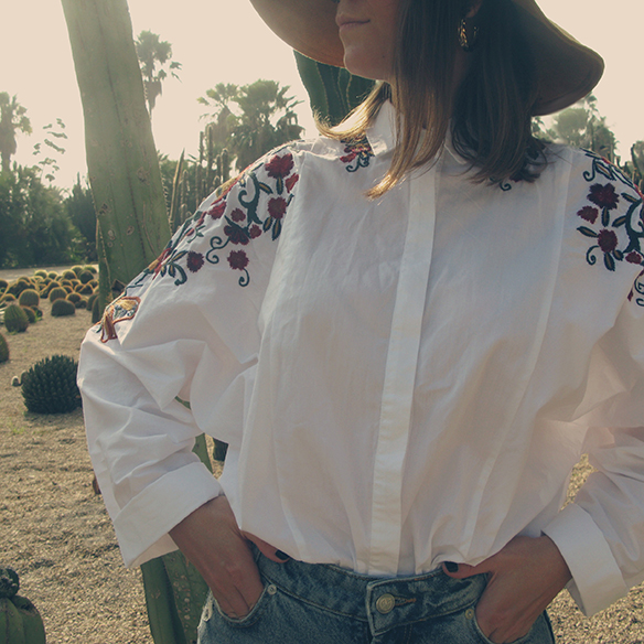 15-colgadas-de-una-percha-carla-kissler-flower-embroidered-oversize-shirt-camisa-flores-bordadas-zapatos-leopardo-leopard-shoes-sombrero-hat-ripped-jeans-3