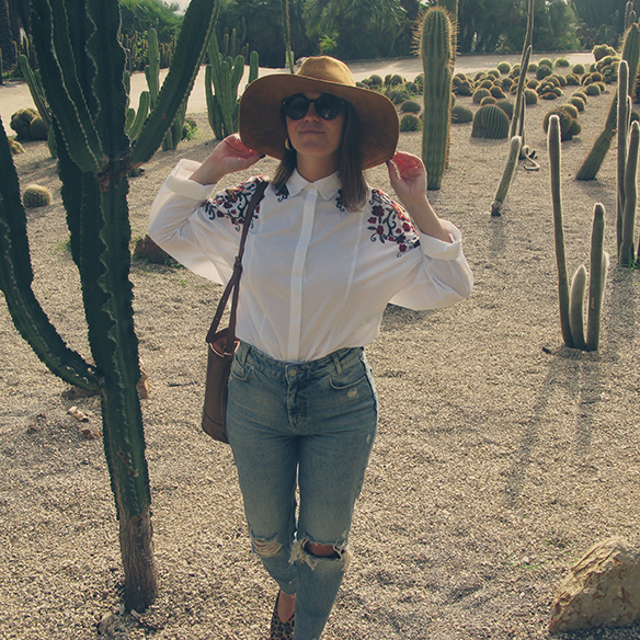 15-colgadas-de-una-percha-carla-kissler-flower-embroidered-oversize-shirt-camisa-flores-bordadas-zapatos-leopardo-leopard-shoes-sombrero-hat-ripped-jeans-4