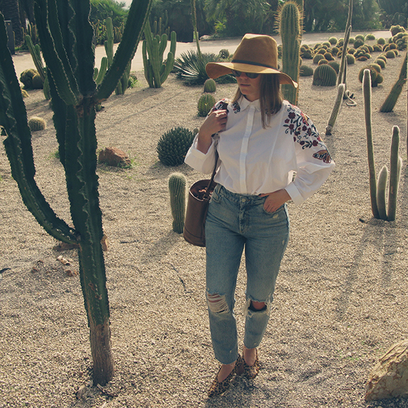 15-colgadas-de-una-percha-carla-kissler-flower-embroidered-oversize-shirt-camisa-flores-bordadas-zapatos-leopardo-leopard-shoes-sombrero-hat-ripped-jeans-7