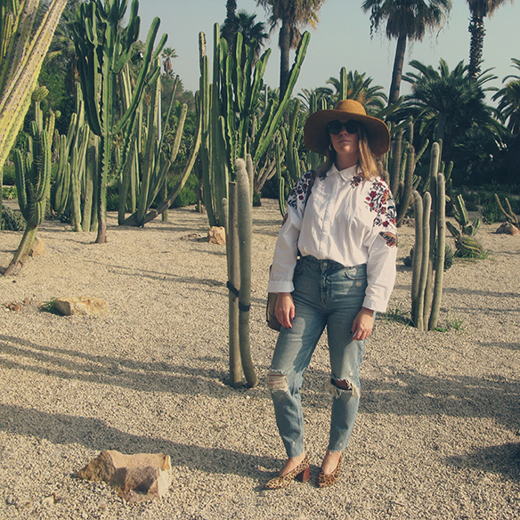 15-colgadas-de-una-percha-carla-kissler-flower-embroidered-oversize-shirt-camisa-flores-bordadas-zapatos-leopardo-leopard-shoes-sombrero-hat-ripped-jeans-9