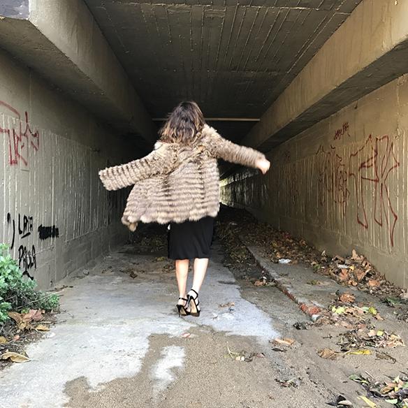 15-colgadas-de-una-percha-alicia-alvarez-vestido-lentejuelas-sequin-dress-fur-coat-abrigo-pelo-3