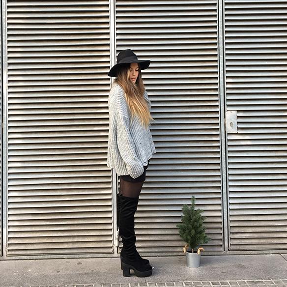15-colgadas-de-una-percha-anna-duarte-mini-falda-volantes-frill-mini-skirt-botas-legging-boots-jersey-gris-grey-jumper-2