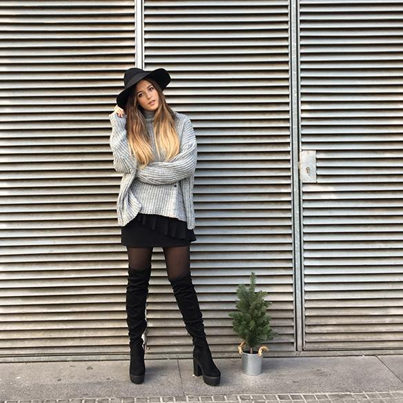 15-colgadas-de-una-percha-anna-duarte-mini-falda-volantes-frill-mini-skirt-botas-legging-boots-jersey-gris-grey-jumper-3