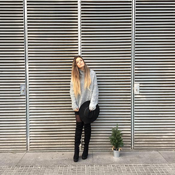 15-colgadas-de-una-percha-anna-duarte-mini-falda-volantes-frill-mini-skirt-botas-legging-boots-jersey-gris-grey-jumper-9