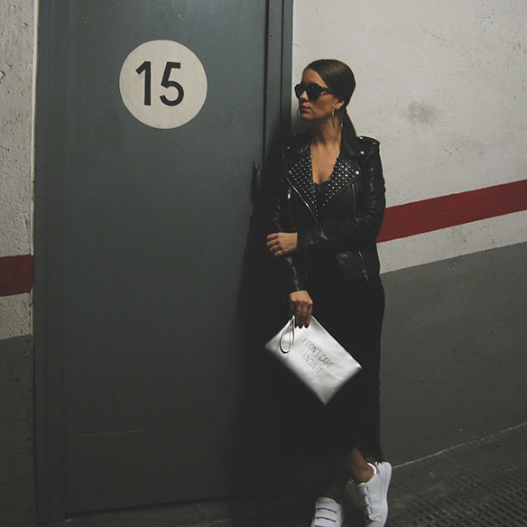 15-colgadas-de-una-percha-carla-kissler-velvet-slip-dress-vestido-lencero-terciopelo-chaqueta-perfecto-jacket-medias-rejilla-fishnets-1