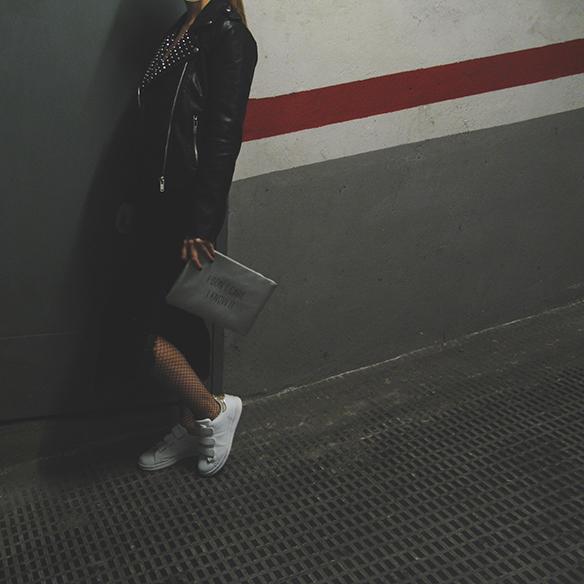 15-colgadas-de-una-percha-carla-kissler-velvet-slip-dress-vestido-lencero-terciopelo-chaqueta-perfecto-jacket-medias-rejilla-fishnets-5